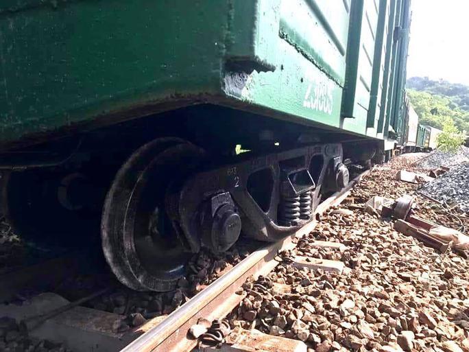Tàu hàng trật bánh, đường sắt Bắc – Nam tê liệt 4 giờ - Ảnh 2.