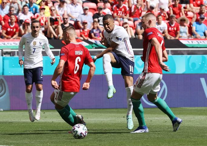 Nhà vô địch thế giới thoát thua trước Hungary - Ảnh 2.