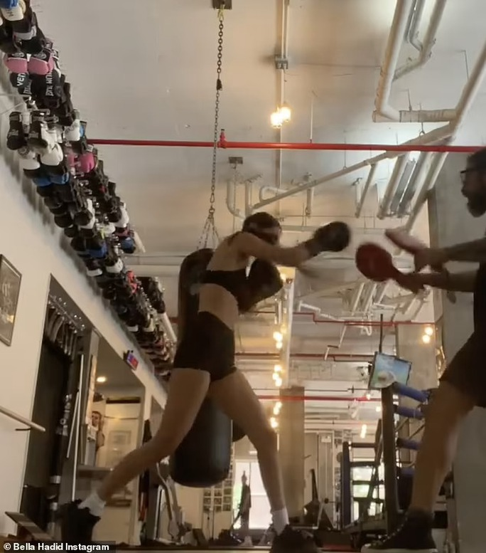 Siêu mẫu Bella Hadid khoe vòng eo săn chắc - Ảnh 5.