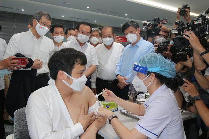 Toàn cảnh ngày đầu chiến dịch tiêm vắc-xin Covid-19 tại TP HCM - Ảnh 2.