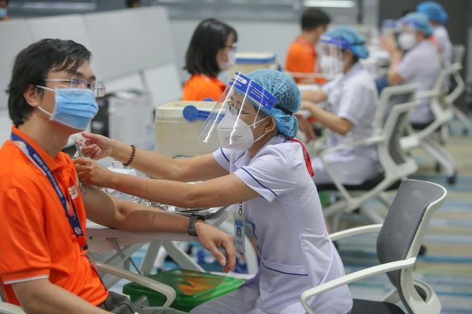 Toàn cảnh ngày đầu chiến dịch tiêm vắc-xin Covid-19 tại TP HCM - Ảnh 9.