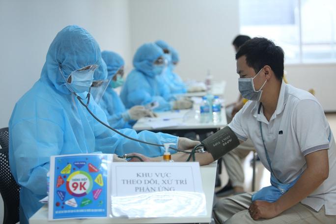 Toàn cảnh ngày đầu chiến dịch tiêm vắc-xin Covid-19 tại TP HCM - Ảnh 12.