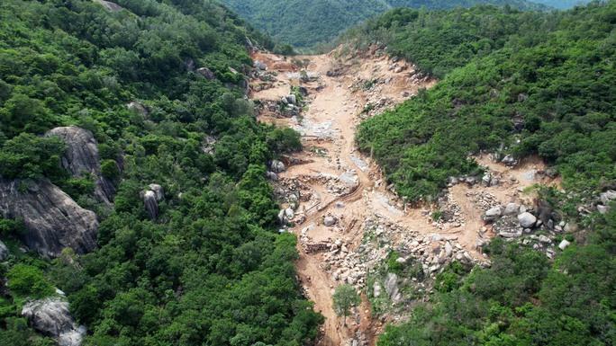 Diễn biến nóng vụ cắt đôi núi Thị Vải ở Bà Rịa- Vũng Tàu - Ảnh 2.
