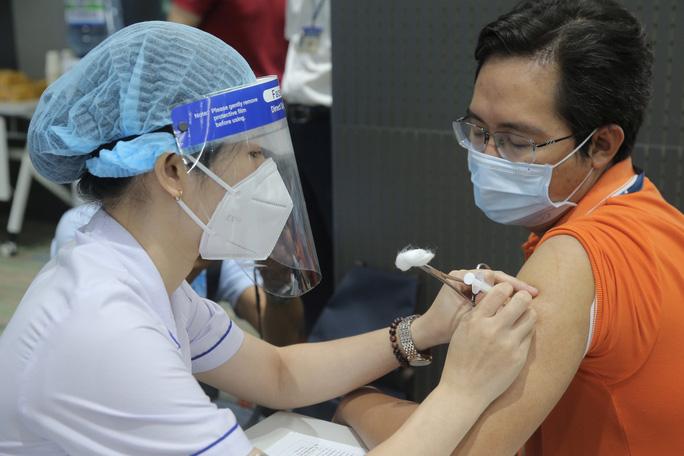 Người dân TP HCM sẽ được nhắn tin mời đi tiêm vắc-xin Covid-19 - Ảnh 2.