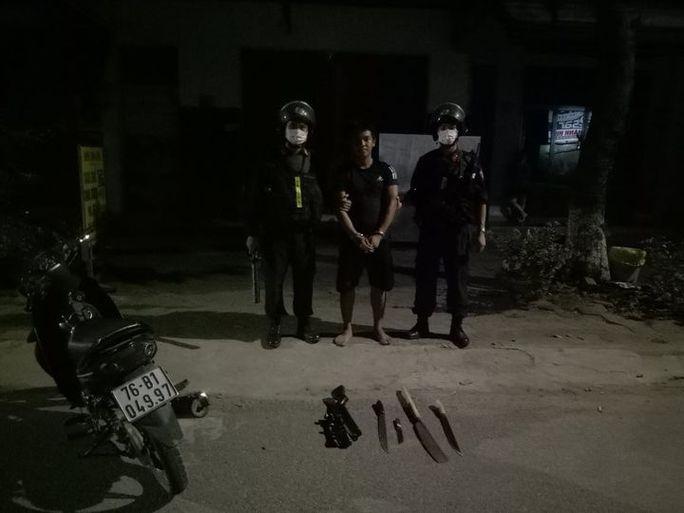 Quảng Ngãi: Ngăn chặn nhóm thanh niên mang súng và dao đi gây án - Ảnh 1.