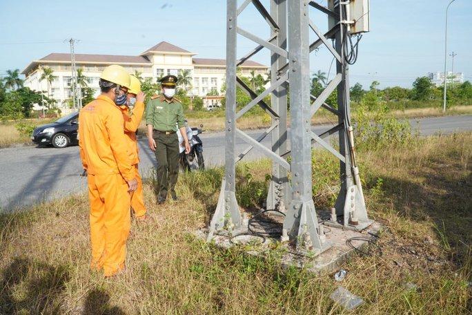 Thanh giằng của hàng loạt cột điện đường dây 22Kv bị mất trộm - Ảnh 1.