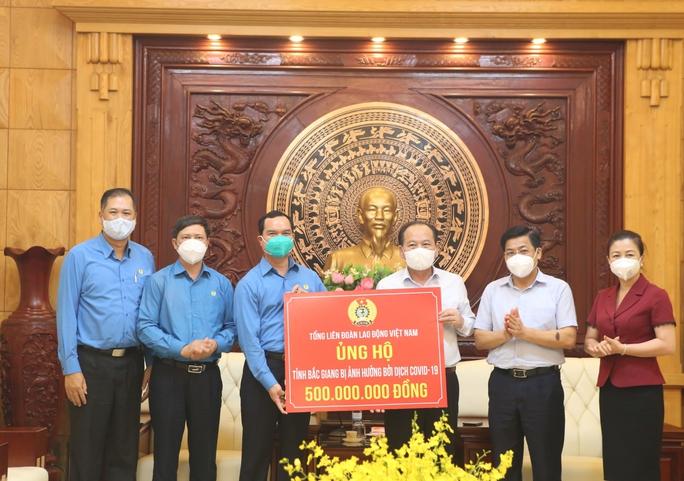Hỗ trợ 3,4 tỉ đồng để Bắc Ninh, Bắc Giang chống dịch và chăm lo công nhân - Ảnh 4.