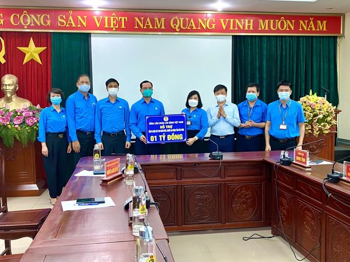 Hỗ trợ 3,4 tỉ đồng để Bắc Ninh, Bắc Giang chống dịch và chăm lo công nhân - Ảnh 2.