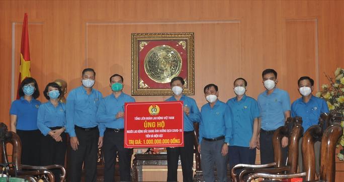 Hỗ trợ 3,4 tỉ đồng để Bắc Ninh, Bắc Giang chống dịch và chăm lo công nhân - Ảnh 1.