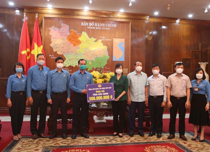 Hỗ trợ 3,4 tỉ đồng để Bắc Ninh, Bắc Giang chống dịch và chăm lo công nhân - Ảnh 3.