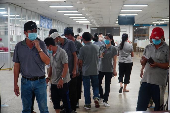 Lấy mẫu xét nghiệm tầm soát Covid -19 hơn 30.000 người tại Khu chế xuất Tân Thuận - Ảnh 1.