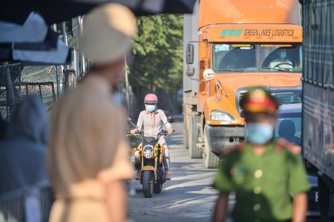 Nhiều ôtô phải quay đầu tại các chốt kiểm soát dịch giáp ranh với Bắc Ninh - Ảnh 6.