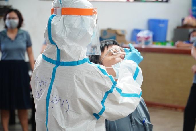 Lấy mẫu xét nghiệm tầm soát Covid -19 hơn 30.000 người tại Khu chế xuất Tân Thuận - Ảnh 6.