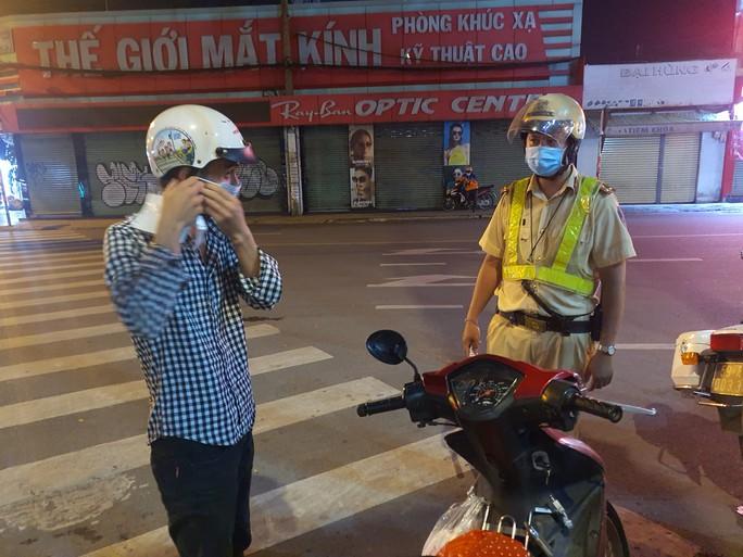 Hình ảnh bất ngờ vì bị CSGT TP HCM dừng xe do không đeo khẩu trang! - Ảnh 1.