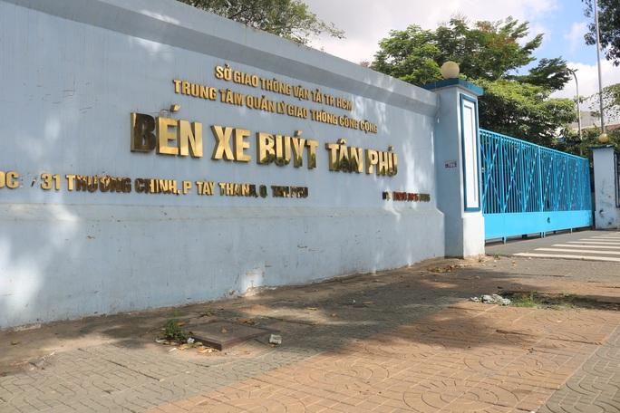 TP HCM ngày đầu cấm chợ tự phát, giao thông công cộng - Ảnh 1.