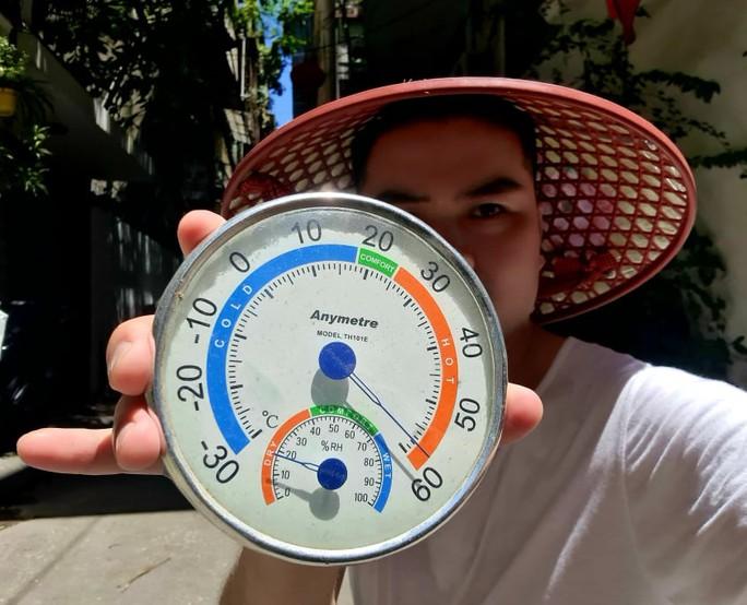 Hà Nội nắng nóng đặc biệt gay gắt, nhiệt độ ngoài trời có thời điểm lên đến 60 độ C - Ảnh 1.