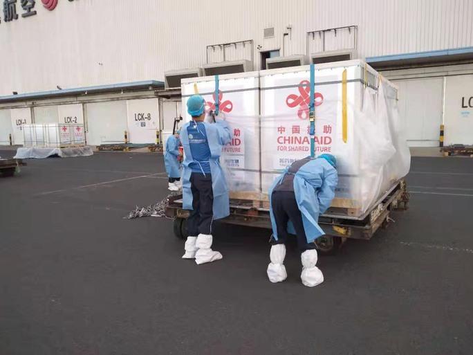 Lô 500.000 liều vắc-xin Covid-19 do Trung Quốc viện trợ về Hà Nội - Ảnh 9.