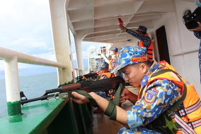 Cảnh sát biển trao cờ Tổ quốc và huấn luyện bắn súng pháo trên biển - Ảnh 4.