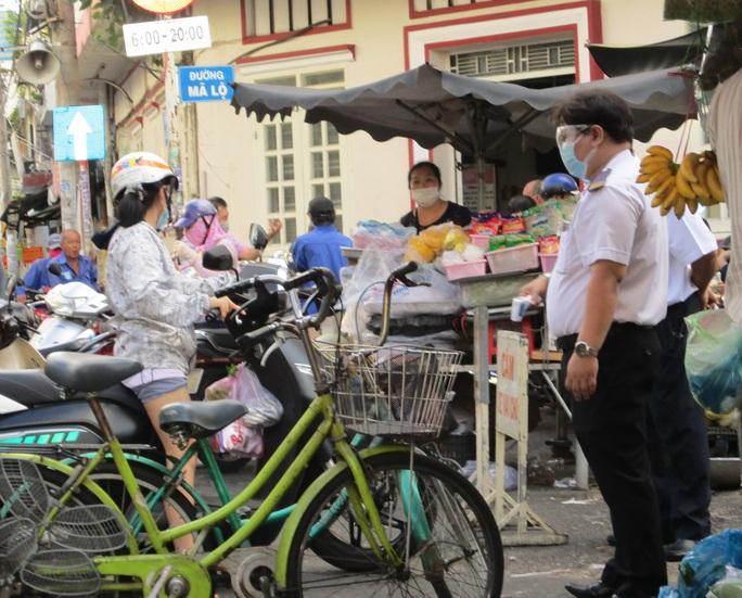 TP HCM ngày đầu cấm chợ tự phát, giao thông công cộng - Ảnh 9.