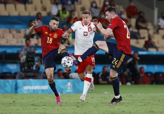 Lewandowski tỏa sáng, Tây Ban Nha đánh rơi chiến thắng trước Ba Lan - Ảnh 2.