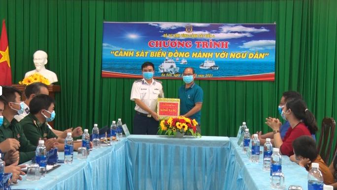Cảnh sát biển trao cờ Tổ quốc và huấn luyện bắn súng pháo trên biển - Ảnh 10.