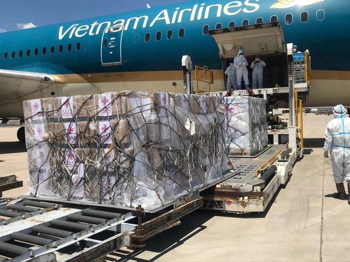 Lô 500.000 liều vắc-xin Covid-19 do Trung Quốc viện trợ về Hà Nội - Ảnh 12.