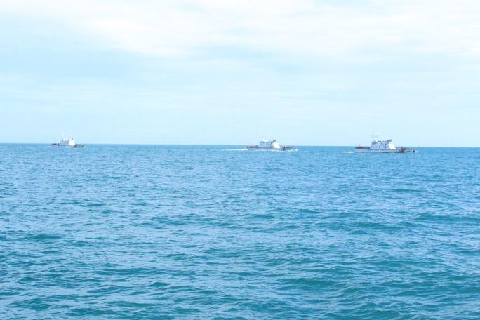 Cảnh sát biển trao cờ Tổ quốc và huấn luyện bắn súng pháo trên biển - Ảnh 2.