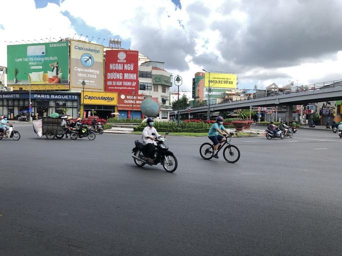 TP HCM ngày đầu cấm chợ tự phát, giao thông công cộng - Ảnh 10.