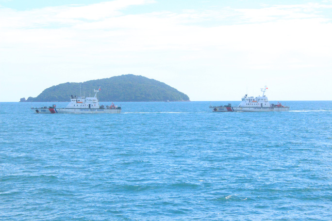 Cảnh sát biển trao cờ Tổ quốc và huấn luyện bắn súng pháo trên biển - Ảnh 3.