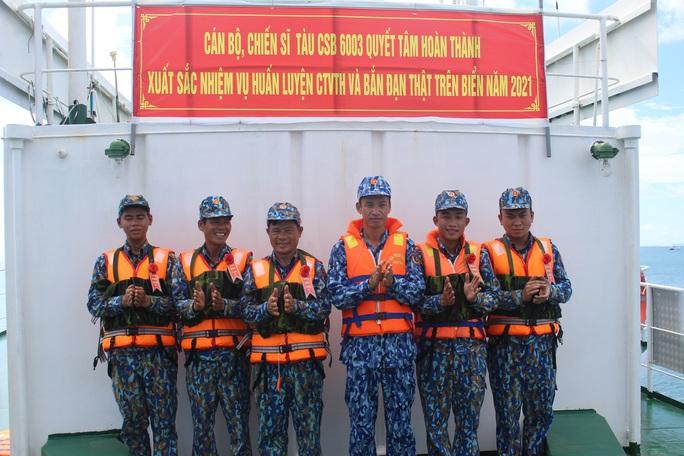 Cảnh sát biển trao cờ Tổ quốc và huấn luyện bắn súng pháo trên biển - Ảnh 7.
