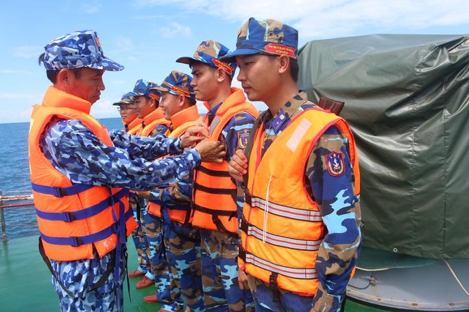 Cảnh sát biển trao cờ Tổ quốc và huấn luyện bắn súng pháo trên biển - Ảnh 5.