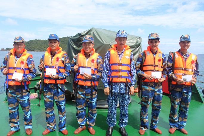 Cảnh sát biển trao cờ Tổ quốc và huấn luyện bắn súng pháo trên biển - Ảnh 8.