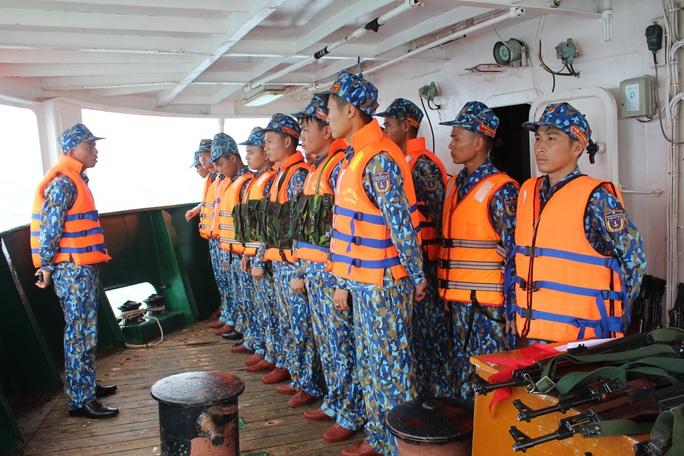 Cảnh sát biển trao cờ Tổ quốc và huấn luyện bắn súng pháo trên biển - Ảnh 6.
