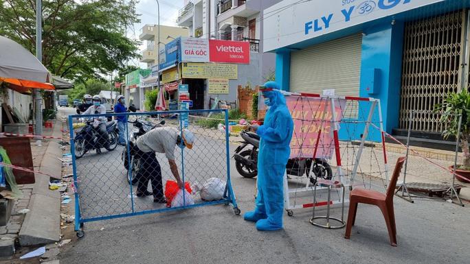 Quận Bình Tân (TP HCM): Kiểm soát chặt 24/24 giờ, không cho người ra vào vùng cách ly - Ảnh 2.