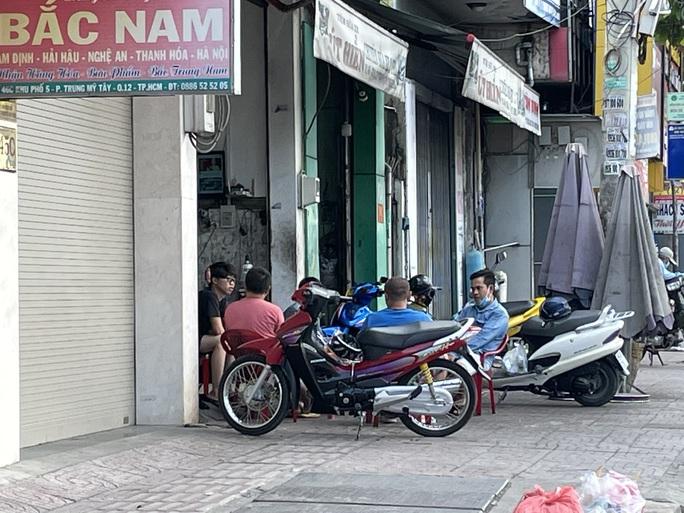 TP HCM ngày đầu cấm chợ tự phát, giao thông công cộng - Ảnh 16.