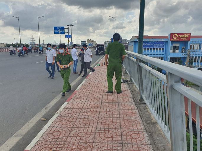 TP HCM: Truy tìm danh tính người gục chết ở cầu Bình Lợi - Ảnh 1.