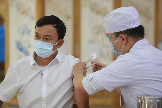 TP HCM tiêm đại trà vắc-xin Covid-19 cho nhiều đối tượng - Ảnh 4.
