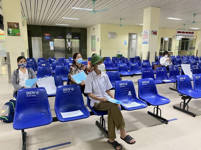 Bệnh viện K vắng vẻ trong ngày khám trở lại sau hơn 1 tháng phong toả vì Covid-19 - Ảnh 8.