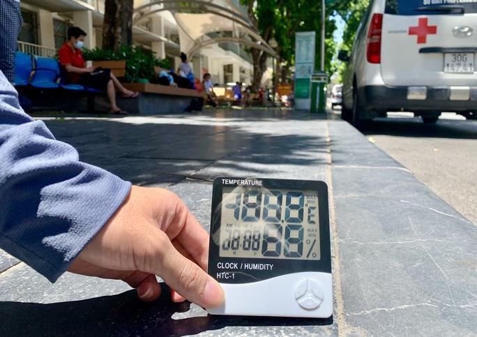 """CLIP: Người nhà bệnh nhân """"vật vờ"""" dưới cái nắng đỉnh điểm trên 40 độ C - Ảnh 6."""
