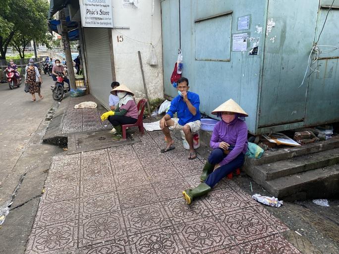 TP HCM: Các sạp chợ bán giày dép, quần áo... đồng loạt đóng cửa để chống dịch - Ảnh 12.