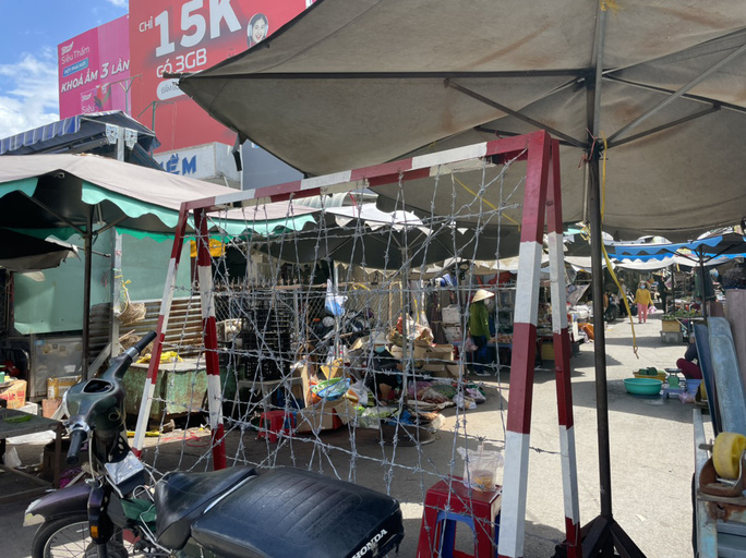 TP HCM: Các sạp chợ bán giày dép, quần áo... đồng loạt đóng cửa để chống dịch - Ảnh 13.