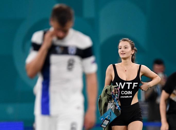 Fan nữ nóng bỏng vào sân quấy rối ngôi sao tuyển Bỉ - Ảnh 3.