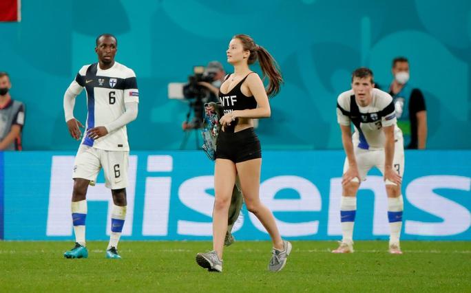 Fan nữ nóng bỏng vào sân quấy rối ngôi sao tuyển Bỉ - Ảnh 2.
