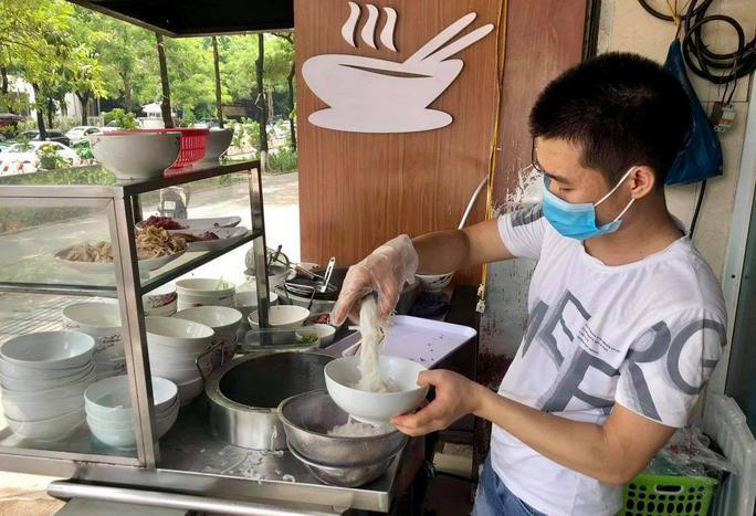 CLIP: Hàng quán Hà Nội tấp nập đón khách trở lại, chủ quán mừng ra mặt - Ảnh 2.