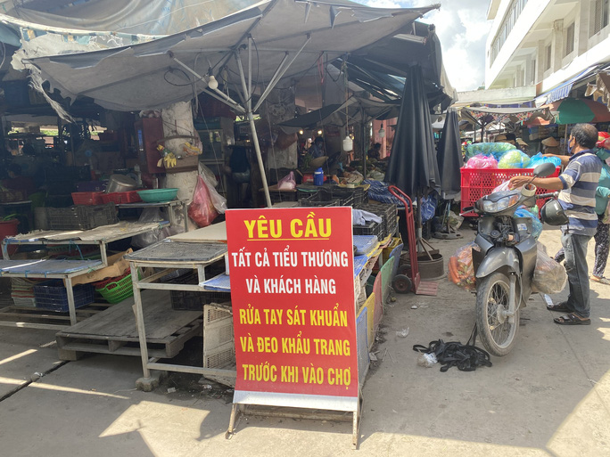 TP HCM: Các sạp chợ bán giày dép, quần áo... đồng loạt đóng cửa để chống dịch - Ảnh 10.