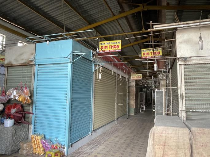 TP HCM: Các sạp chợ bán giày dép, quần áo... đồng loạt đóng cửa để chống dịch - Ảnh 14.