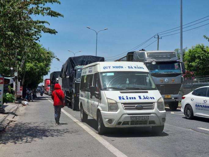 Ùn tắc ở chốt kiểm soát dịch TP Đà Nẵng, CSGT  phơi nắng phân luồng - Ảnh 1.