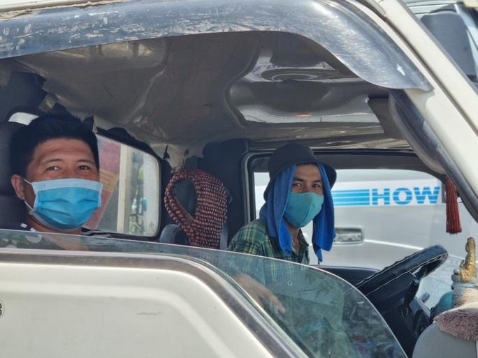 Ùn tắc ở chốt kiểm soát dịch TP Đà Nẵng, CSGT  phơi nắng phân luồng - Ảnh 7.