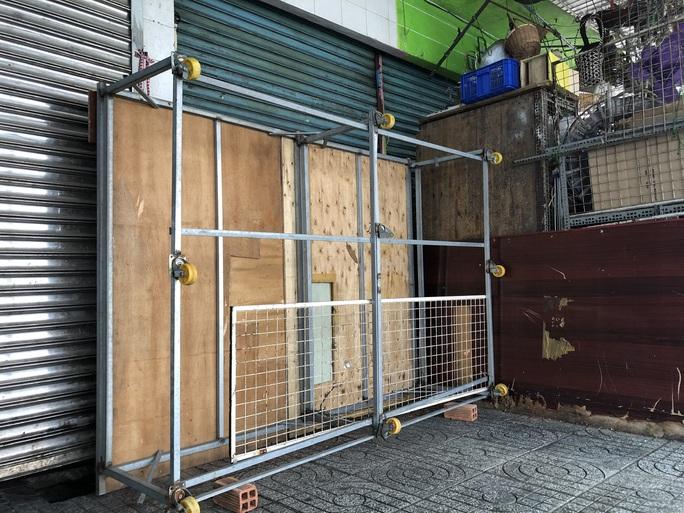 TP HCM: Các sạp chợ bán giày dép, quần áo... đồng loạt đóng cửa để chống dịch - Ảnh 19.