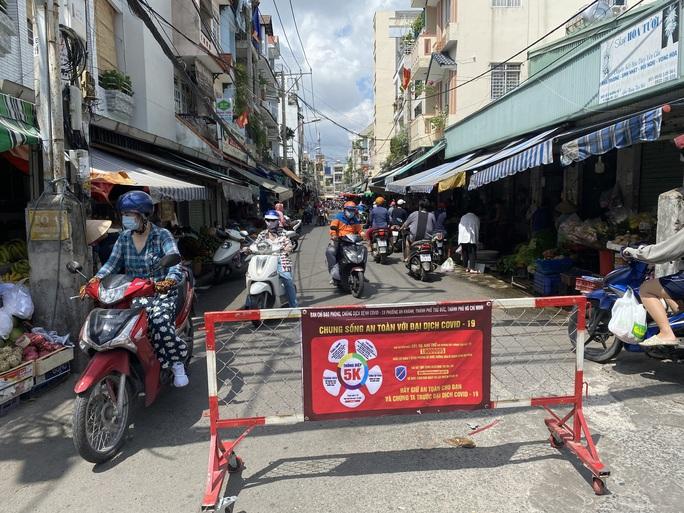 TP HCM: Các sạp chợ bán giày dép, quần áo... đồng loạt đóng cửa để chống dịch - Ảnh 9.